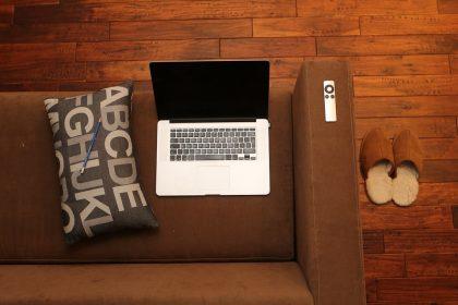 Le pouf industriel en cuir prend la place du canapé !